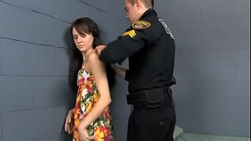 Худая девчушка в наручниках жарко порется с пошлым нигером