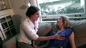 Брюнеточка и блондиночка лесбияночки в джинсах отсасывают вульвы спутник дружки