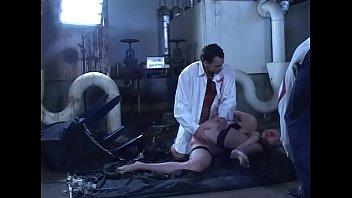 Молодая блондинка с загорелым телом лобызает яички и вмещает твердый пенис в попку