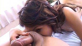 Юный пацанчик намазал голую девчонку маслом, провел ей эротический массаж и вжарил на столе
