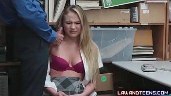 Блонда с брюнеткой мастурбируют вагины язычками и пальчиком среди ночи