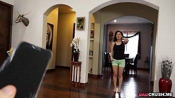 Молодая блондинка своими руками кончает перед камерой