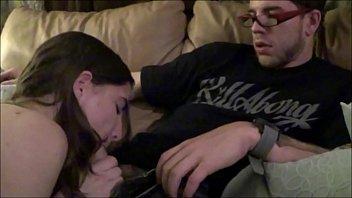 Юноша вылизал вагину милой брюнетке в черном одежду и отодрал ее на дивана
