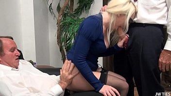 Групповое порно: парнишка записал секс с двумя мамашами