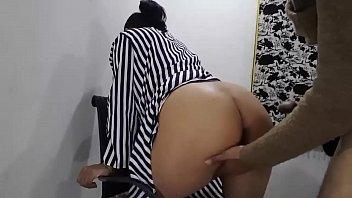Фитоняшка прыгает на секс-игрушке перед камерой