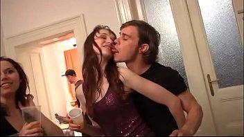 Очаровательная брюнетка дрюкается рачком на кухне и старательно облизывает яйца любовника