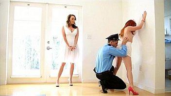 Лесбиянки-фетишистки онанируют вульвы ножками и вибраторами