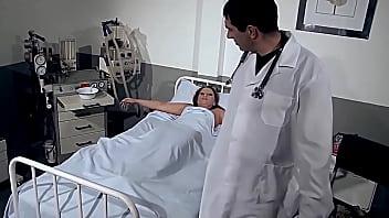 Секс на кровати со тонкой чувихой с обвисшими буферами