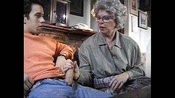 Молодая брюнетка перед сексом в очко обслужила спутника ротиком