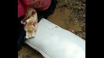 Африканец подвесил сисястую девушку на веревках и от трахал ее в жопа