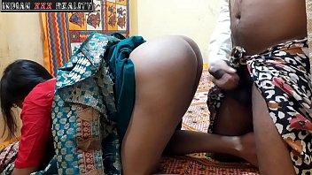 Мамаша в заячьих ушках загнула ноги брюнетке и пялит её в анус твердым дилдо на постели