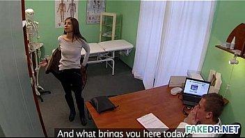 Массажист отлизал клиентке в шортах и поимел ее на кушетке