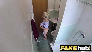 Красивая русская девчоночка в белых стрингах шалит перед вебкой
