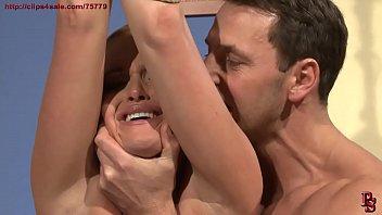 Жгучая молодая брюнетка позирует голышом на кровати