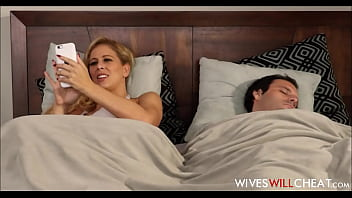Секс на кровати двух красавиц в очечках с одним приятелем